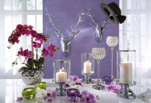 Vasen und Kerzen als Dekoration im Frühjahr