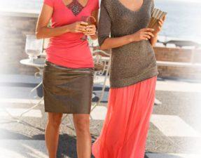 zwei Freundinnen tragen Trendfarbe Koralle