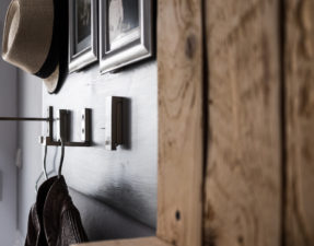 Selbstgemachte Garderobe aus Holz