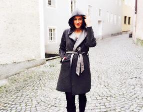 Salzburger Fashionista im grauen Wintermantel