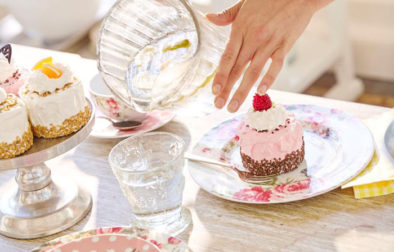 Tassenkuchen am Tisch