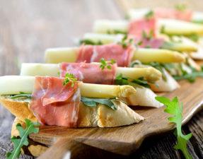Canapes mit weiem Spargel und italienischem Prosciutto - Canapes