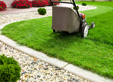 Gartenarbeiten im April - Rasenmähen